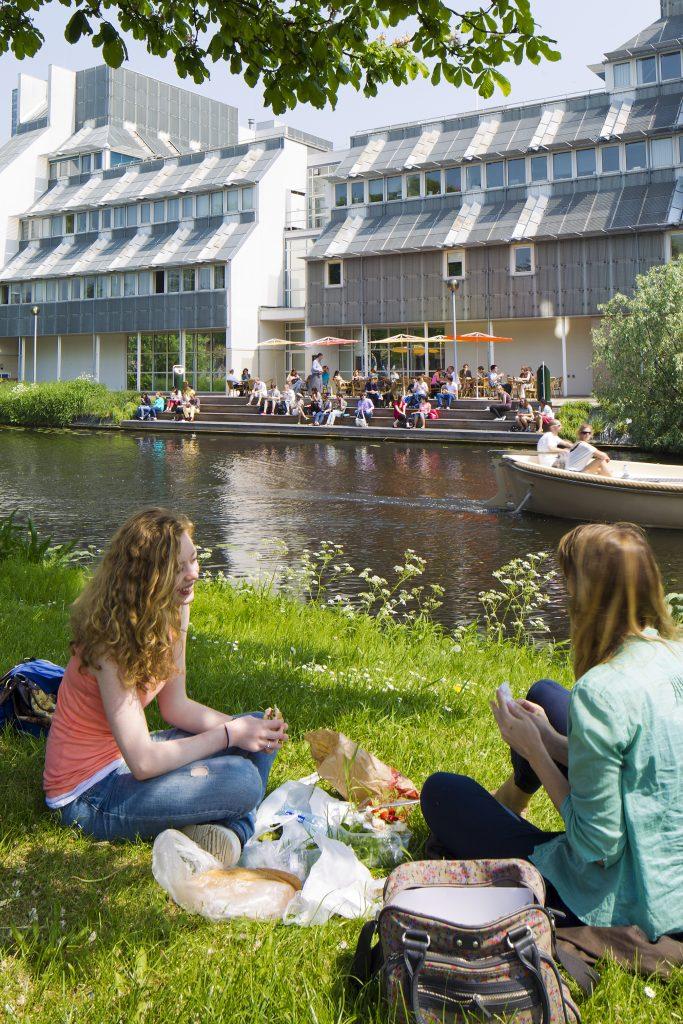 Lipsiusgebouw Universiteit Leiden  met studenten in het zonnetje